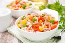 Салат с тунцом и рисом: идея для ужина