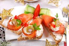Праздничные бутерброды с лососем, сливочным сыром и оливками