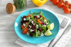 Салат из свеклы с помидорами, рукколой и сыром