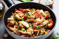 Курица с овощами и соевым соусом