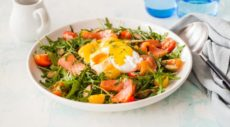 Копченый лосось и яйца-пашот с голландским соусом