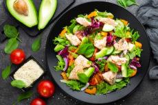 Салат с лососем, авокадо и кунжутом