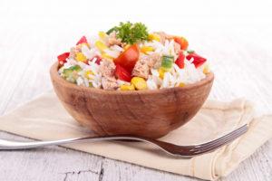Рисовый салат с тунцом и овощами