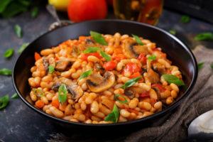 Фасоль с грибами и овощами в томатном соусе
