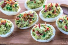 Фаршированные яйца с авокадо и беконом