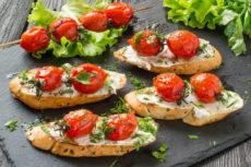 Брускетты с томатами черри и сливочным сыром: для романтического ужина