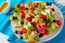 Шашлычки с курицей, свежими овощами и моцареллой
