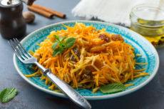 Салат из моркови с яблоком и изюмом