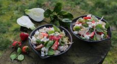 Салат из сезонной зелени с сыром, фенхелем, виноградом, клубникой и орехами