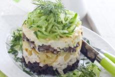 Салат с курицей, огурцом и черносливом.
