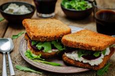Сэндвичи со свеклой и сыром фета