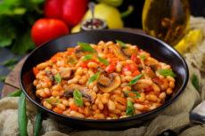 Фасоль с грибами в томате