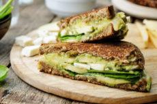 Горячие бутерброды с авокадо и сыром