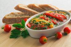 Маринованный перец с томатами и петрушкой