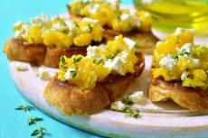 Брускетты с тыквой и фетой: оригинальная закуска