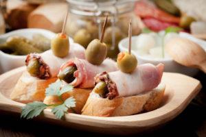 Брускетты с рулетиками из бекона и чесночным сыром: идея для праздника