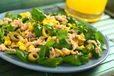 Салат с тунцом, кукурузой и оливками