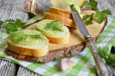 Домашнее зеленое масло с чесноком и орехами