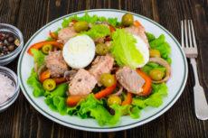 Салат из лосося с яйцом и оливками