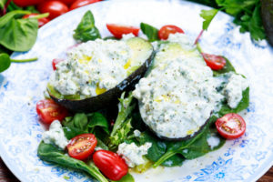 Фаршированный авокадо с пикантным творогом: оригинальная закуска