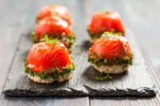 Канапе с красной рыбой и творогом: оригинальная закуска