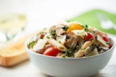 Паста с помидорами и грибами
