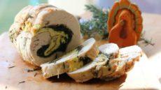 Рулет из индейки со шпинатом и яйцом