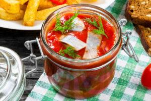 Маринованная сельдь в томатном соусе с перцем чили