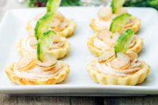 Тарталетки с муссом из лосося и креветками