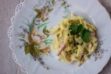 Паппарделле с ветчиной, сыром и зеленым горошком