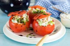 Фаршированные помидоры с салатом из копченой курицы