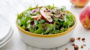 Салат с красными грушами и фундуком