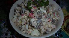 Салат с грибами, фасолью и крабовыми палочками