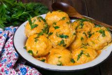 Куриные тефтели в томатно-сметанном соусе