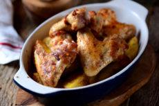 Запеченные куриные крылья с чесноком и картофелем