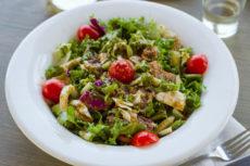 Салат из овощей с пикантной ореховой заправкой