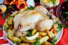 Праздничная курица с яблоками и овощами