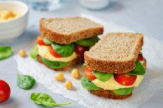 Сэндвичи с хумусом и помидорами