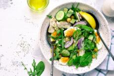 Салат с куриным филе, авокадо и нутом