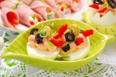 Фаршированные яйца с тунцом и оливками