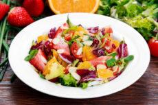 Салат с апельсином, клубникой и помидорами