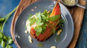 Салат с хумусом, тыквой и запеченным яблоком