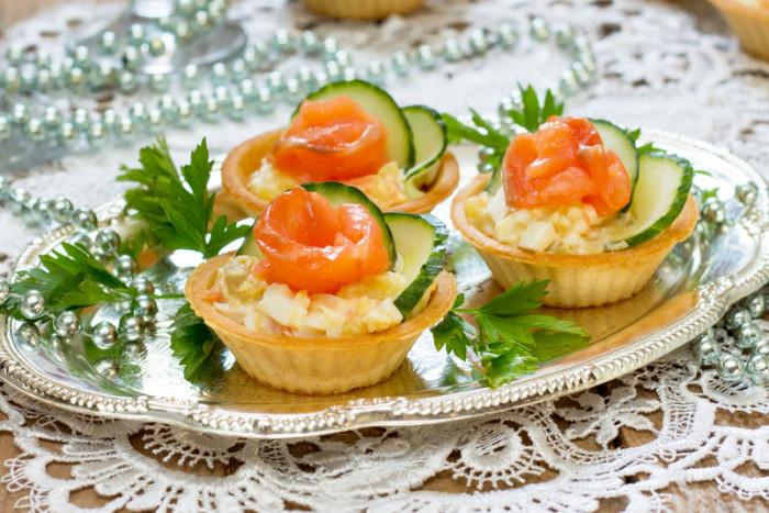 Тарталетки с ананасом и красной рыбой