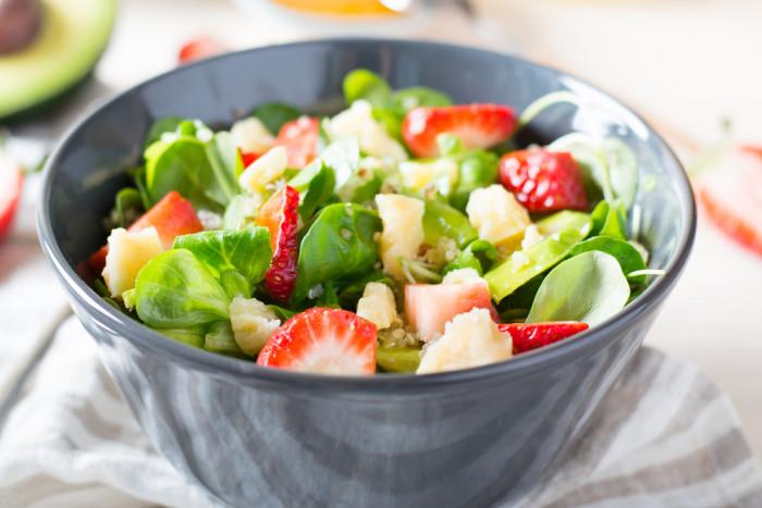 Салат с клубникой, авокадо и киноа