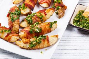 Запеченный картофель с беконом и соусом чимичурри: пикантная закуска