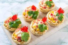 Тарталетки с салатом из курицы: вкусная праздничная закуска
