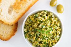 Тапенад из зеленых оливок с луком и петрушкой