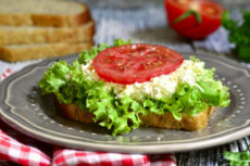 Сэндвичи с сырным салатом и помидором