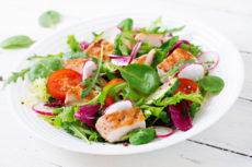 Овощной салат с курицей гриль