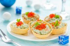 Тарталетки с салатом из слабосоленого лосося и красной икрой
